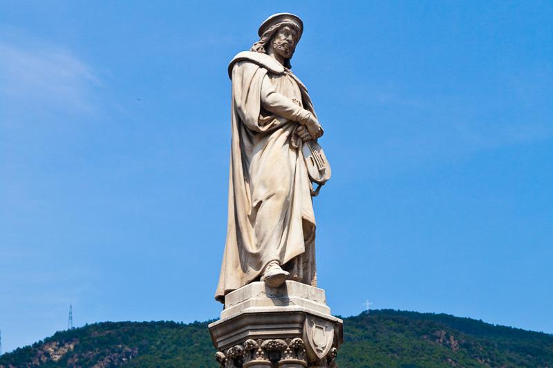 Statua dedicata al poeta tedesco Walther Von Der Vogelweide