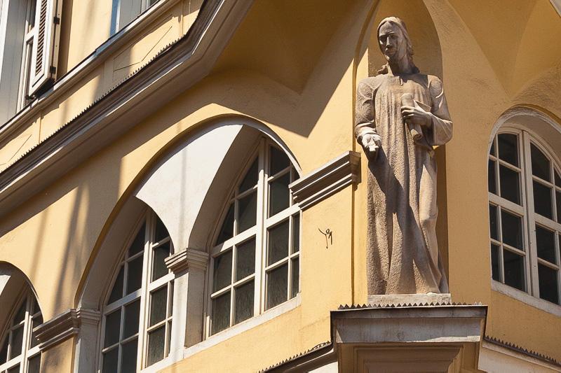 Una statua all'angolo di una casa-torre