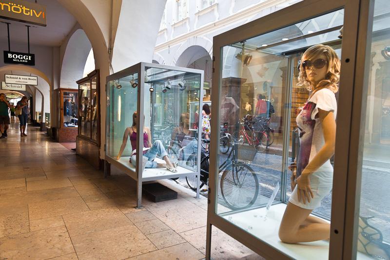 Le vetrine di un negozio di abbigliamento