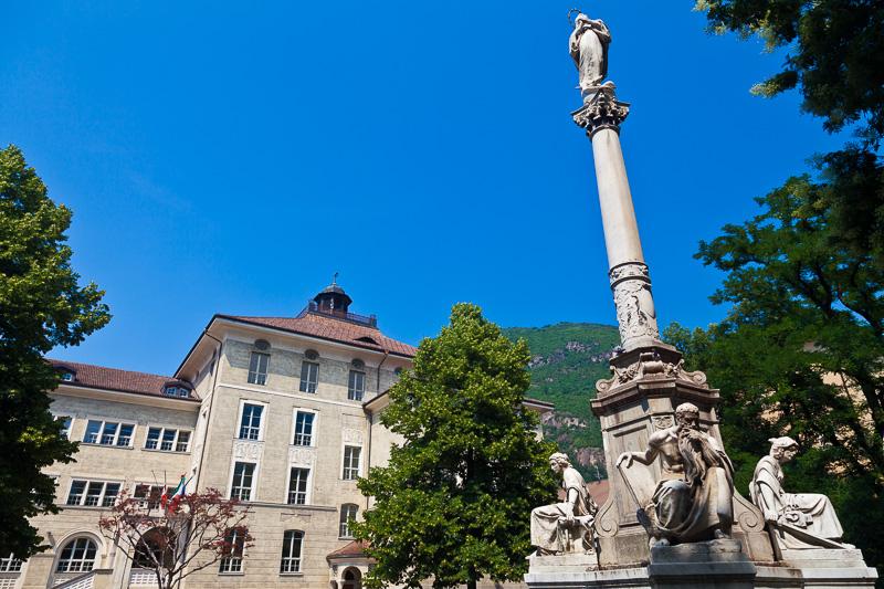 La statua della Vergine su una colonna