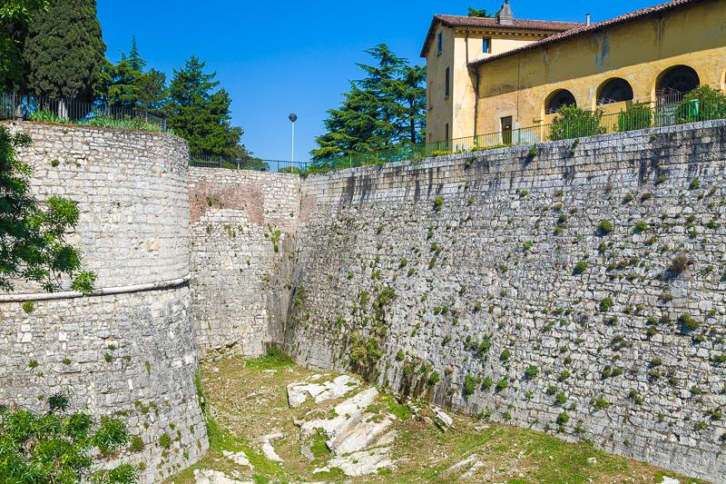 Le mura esterne del bastione di San Faustino