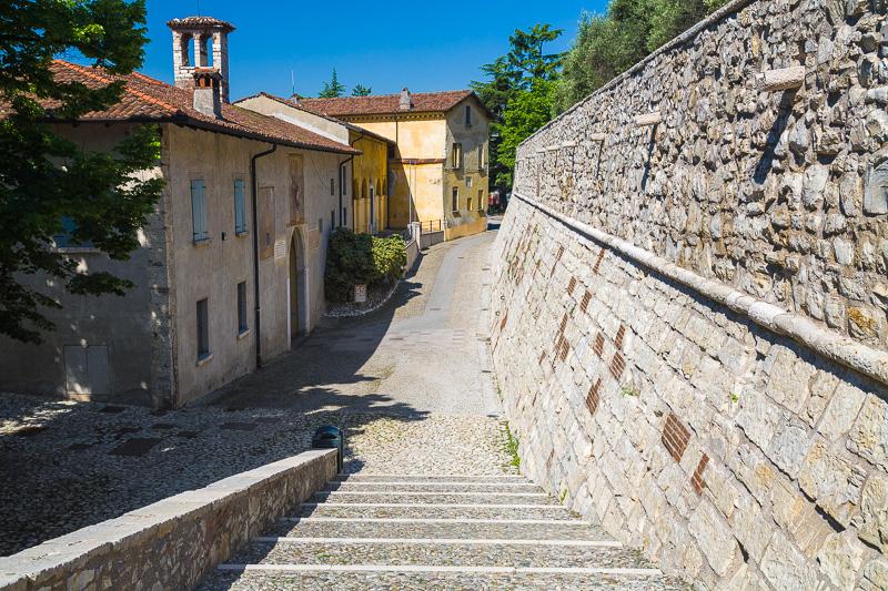 La discesa che costeggia le mura del castello