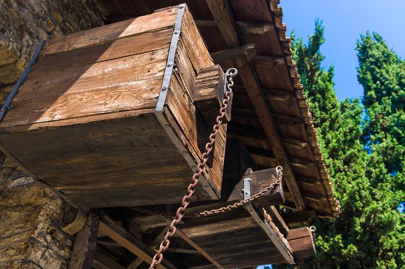 I contrappesi in legno del ponte levatoio del castello