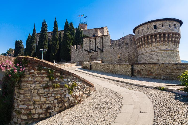 La rampa in pietra che conduce al castello