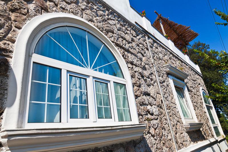 La finestra ad arco di una villa
