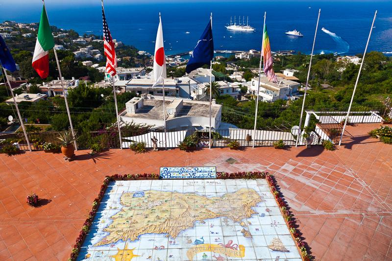 La mappa in maiolica dell'isola di Capri