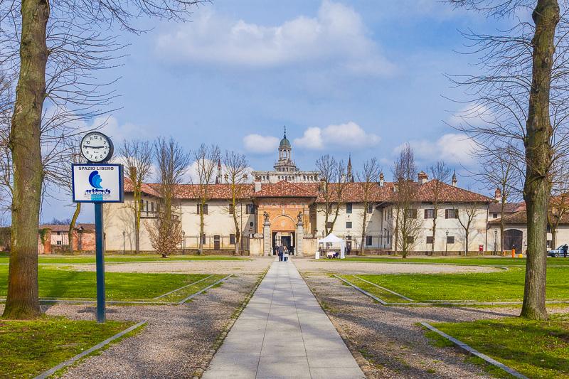 Il cortile antistante l'ingresso del monastero