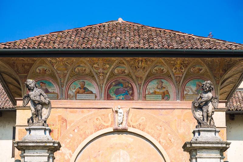 Gli affreschi della facciata del vestibolo