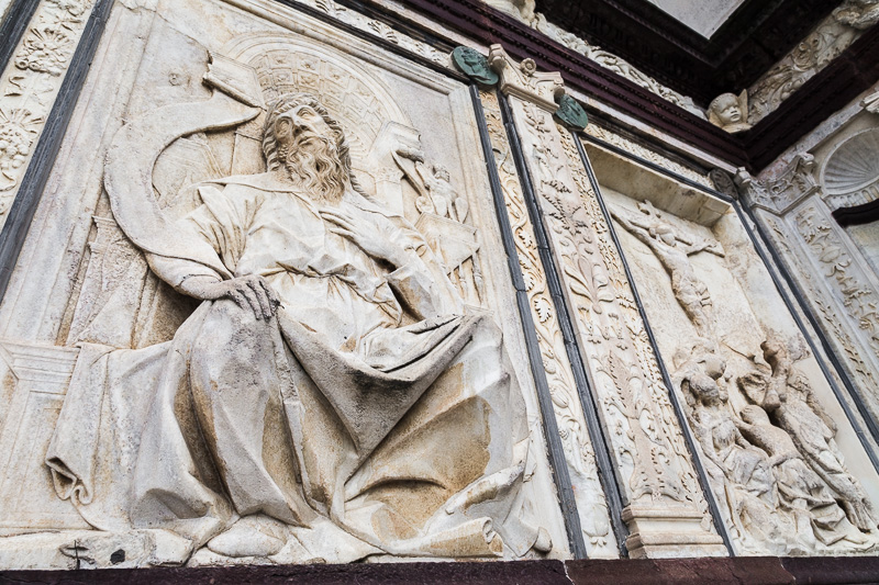 Il bassorilievo raffigurante il profeta Geremia