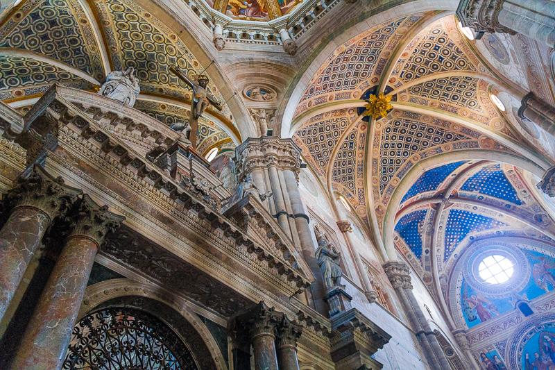 L'ingresso principale in marmo del coro dei monaci
