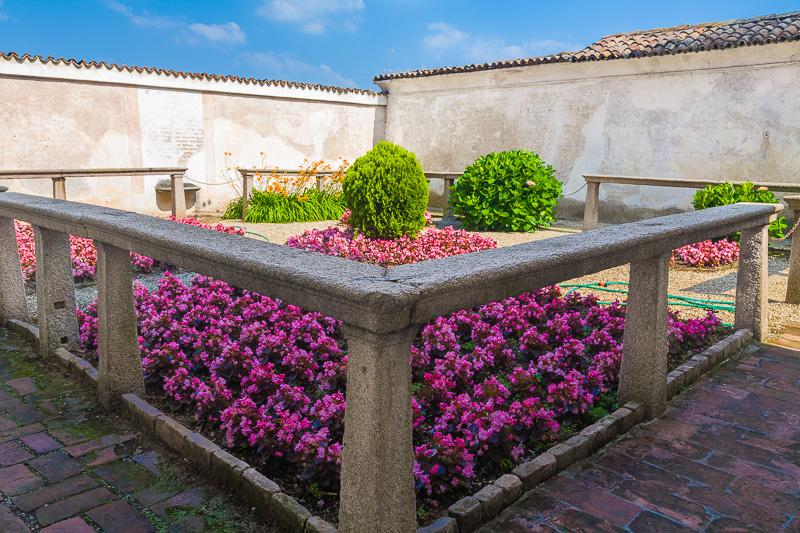 Il giardino fiorito di una cella dei monaci