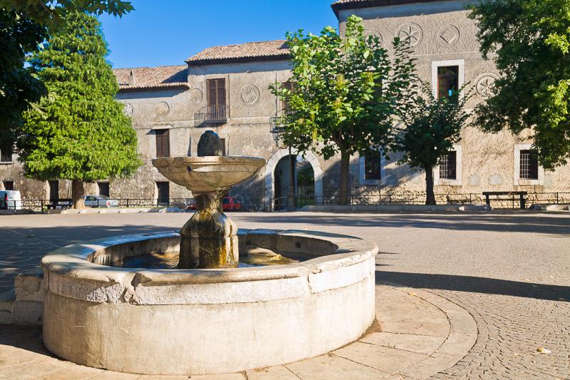 Una fontana e il palazzo Marchesale
