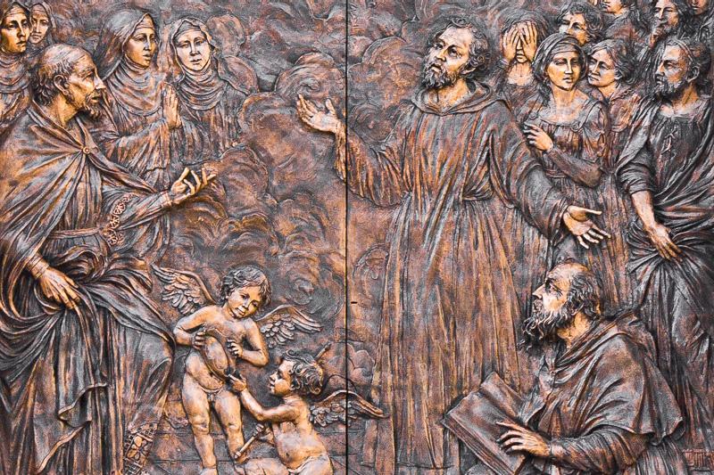 Il portone in bronzo della chiesa del Carmelo