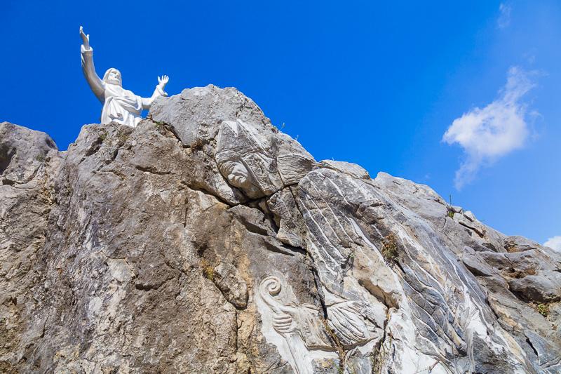 Scultura in pietra del papa Giovanni Paolo II