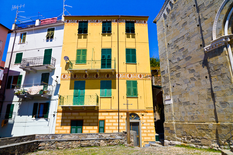 Un palazzo dalla facciata gialla