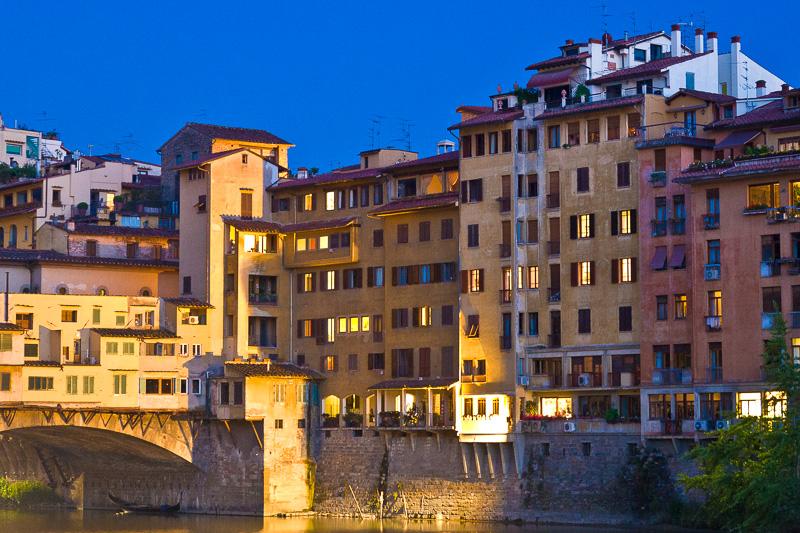 Antichi edifici sul fiume Arno