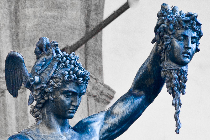 """La testa di Medusa decapitata sollevata da """"Perseo"""""""