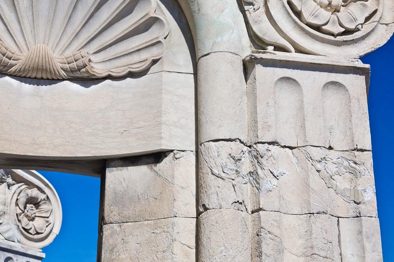 Un contrafforte in marmo della lanterna sulla cupola