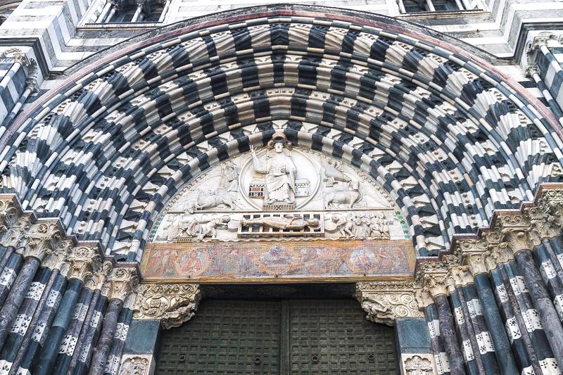 Il portale gotico strombato della cattedrale metropolitana di San Lorenzo