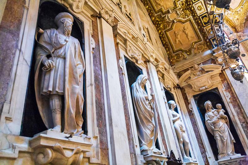 Statue nella cappella di San Giovanni Battista
