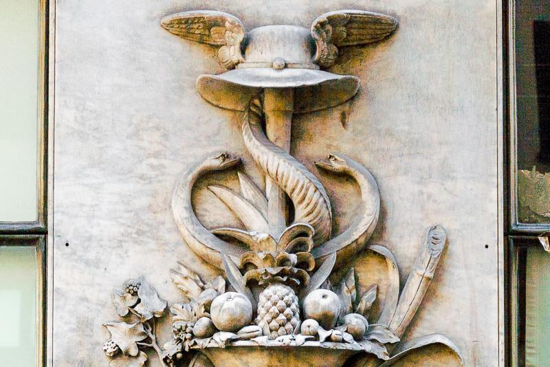 """Una decorazione sulla facciata della bottega """"Pietro Romanengo fu Stefano"""""""