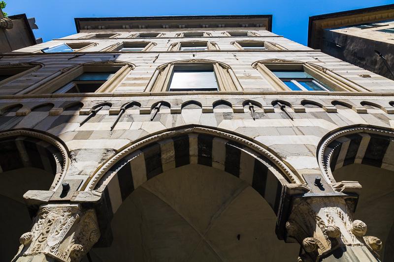 Gli archi a sesto acuto del palazzo gotico Lamba Doria