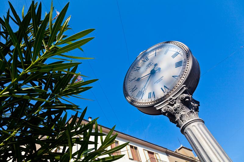 Orologio a colonna della ditta Neri spa