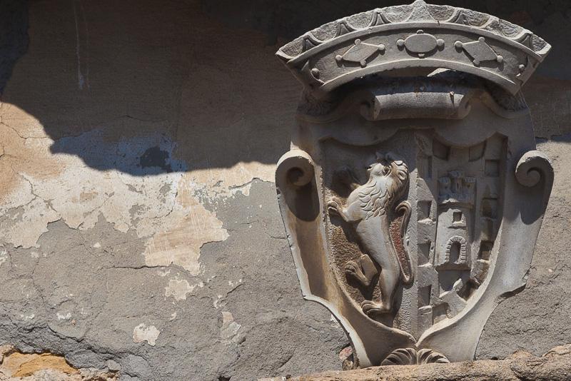 Uno stemma sul portone laterale della chiesa di San Felice Martire