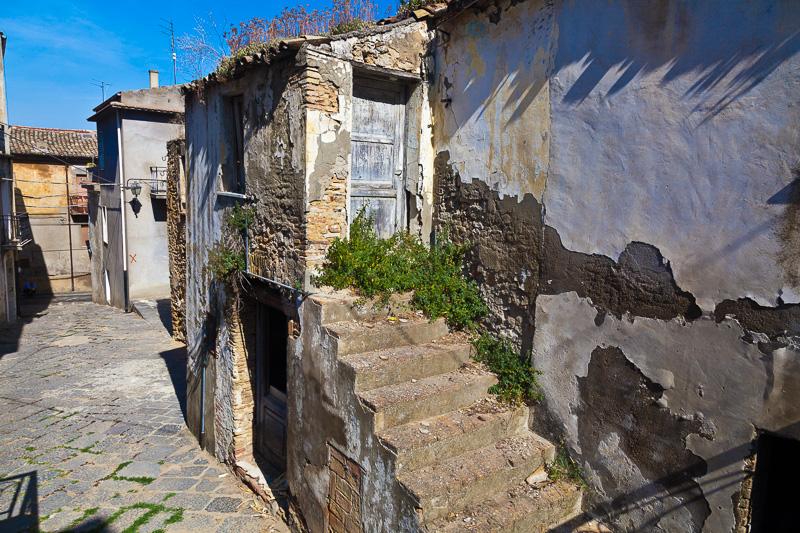La scalinata di una vecchissima abitazione