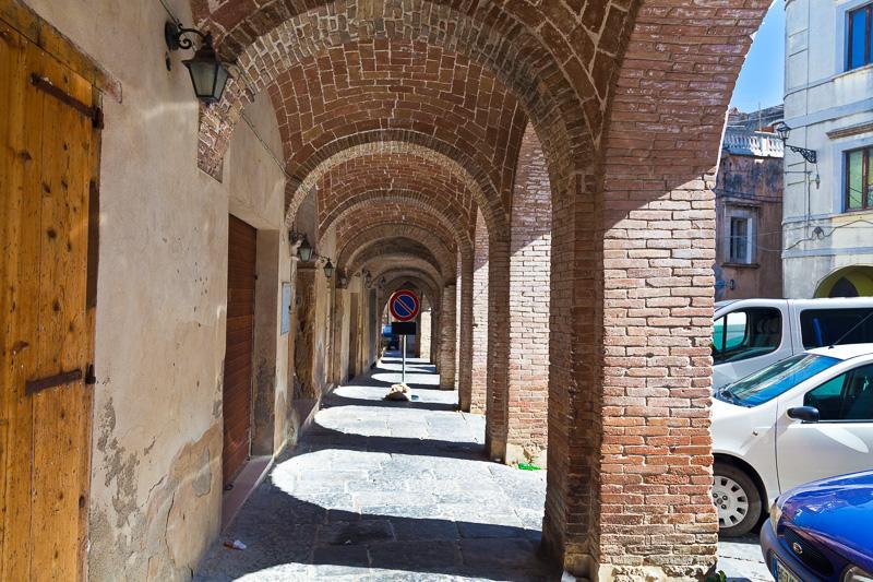 Sotto i portici di piazza XIV Maggio