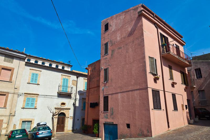 Un antico palazzo dalla facciata rosa