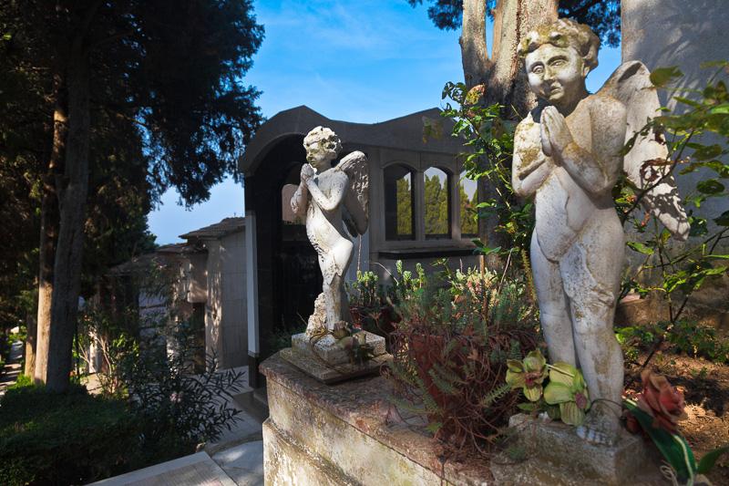 Angeli in preghiera all'ingresso del cimitero