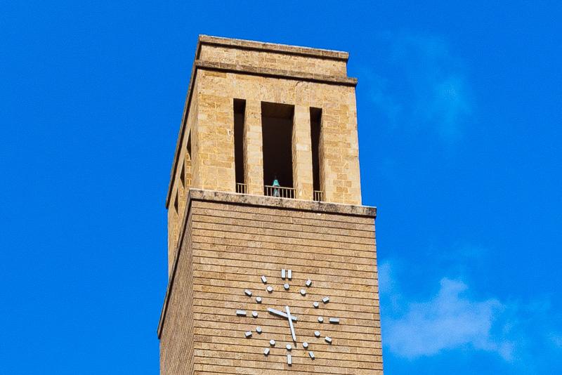 La torre con l'orologio del palazzo dell'INA