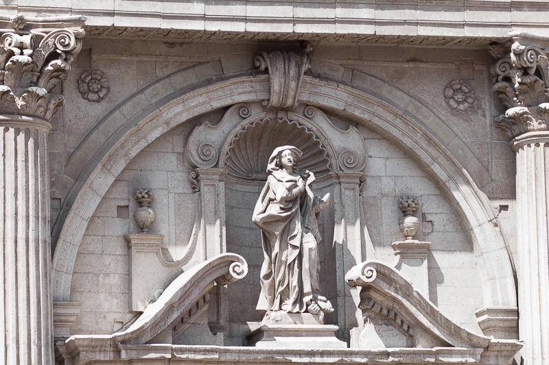 La statua di Sant'Irene