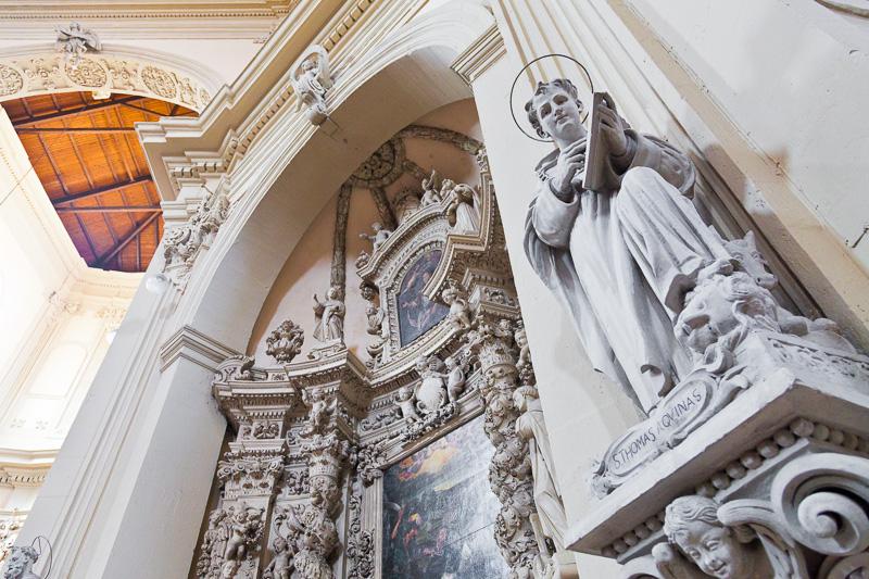 L'altare e la statua di San Tommaso d'Aquino