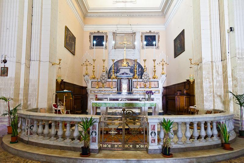 L'altare maggiore della chiesa di Santa Teresa