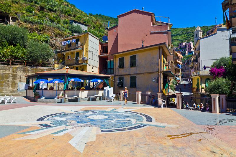 Il pavimento di pietra lavica in piazza Dario Capellini