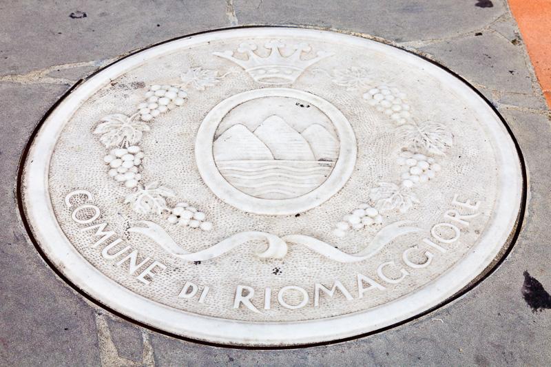 Il tombino con lo stemma del Comune di Riomaggiore