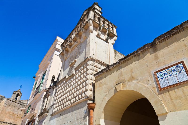 Il campanile a torre piatta della chiesa Mater Domini