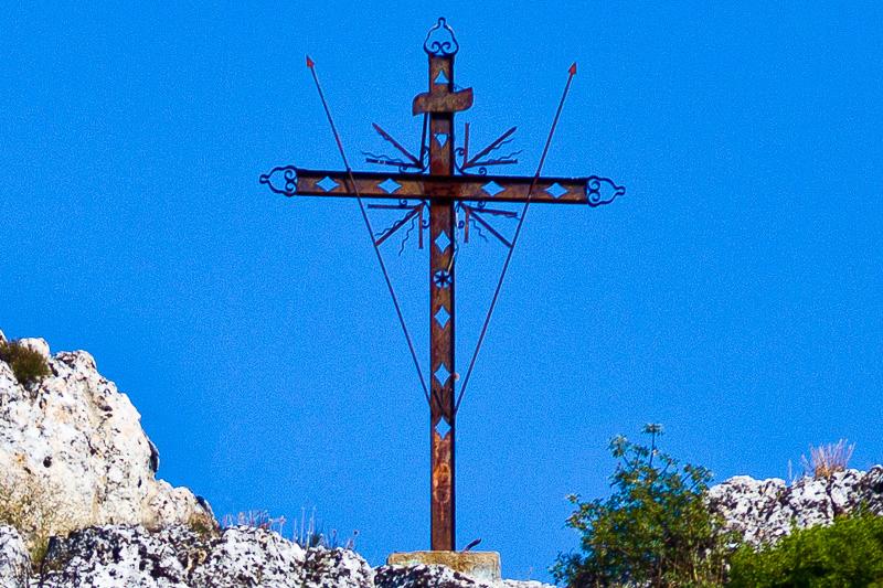 La croce in bronzo sulla rupe del Monterrone