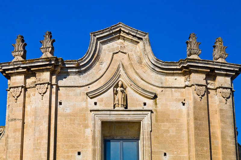 Il timpano della chiesa di Sant'Agostino