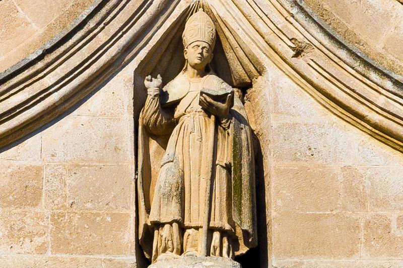 Un santo vescovo sulla facciata della chiesa di Sant'Agostino