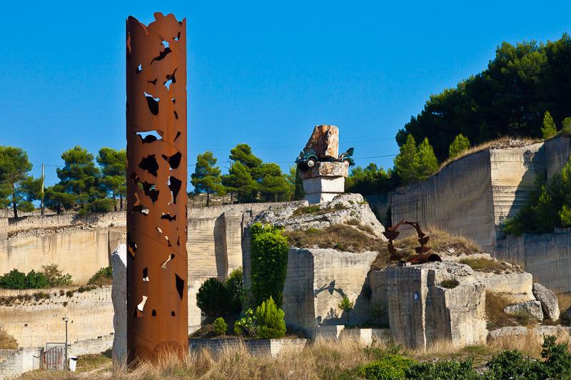 Una colonna in acciaio nel Parco Scultura La Palomba