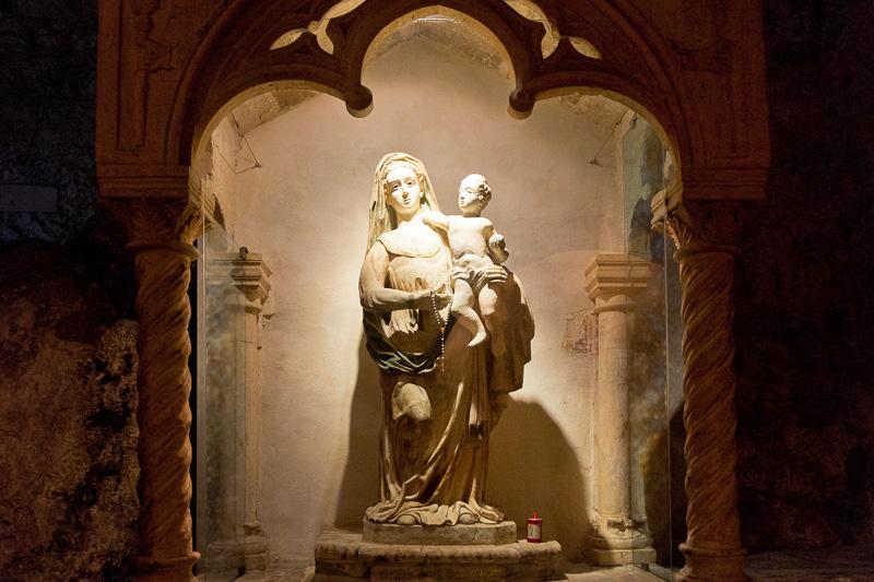La statua della vergine Maria