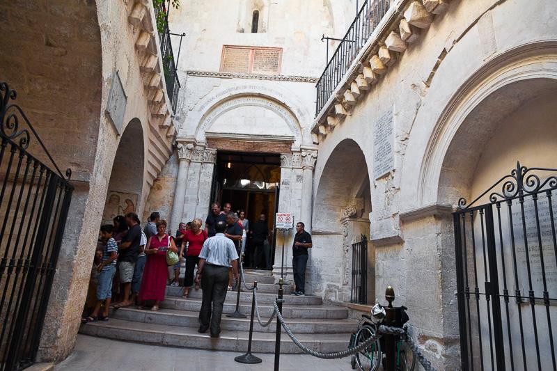 L'atrio inferiore dove si eccede alla grotta di San Michele