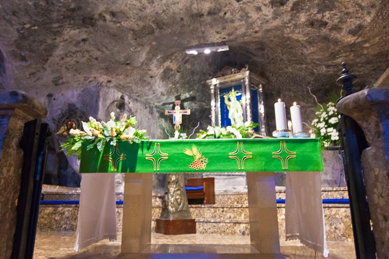 L'altare maggiore nella grotta di San Michele