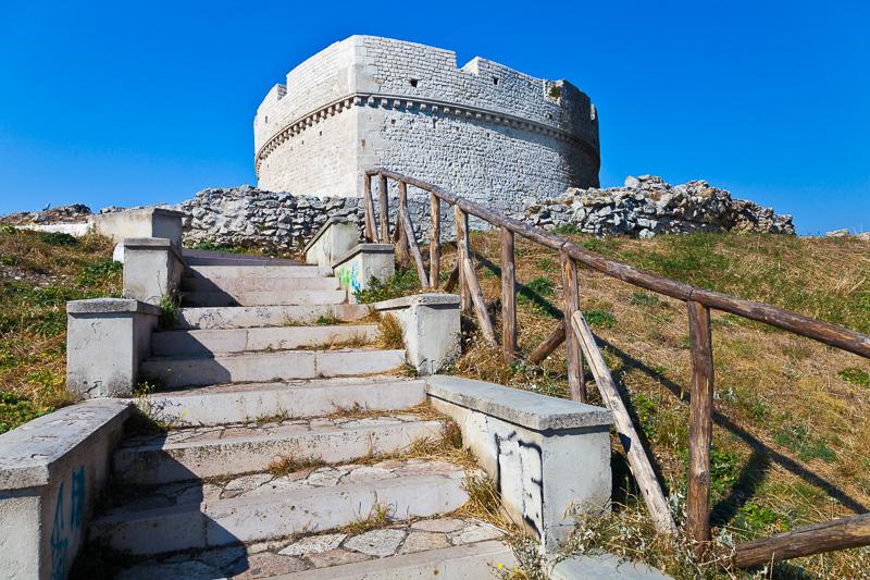 La scalinata che porta al Castello