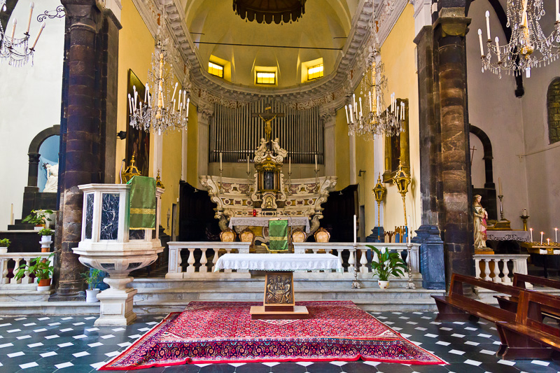 L'altare maggiore della chiesa di San Giovanni Battista
