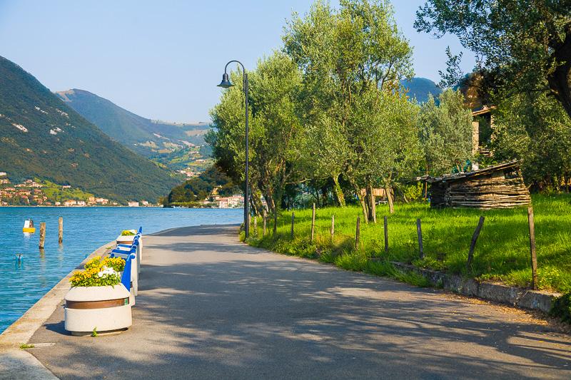 Strada che costeggia il lago