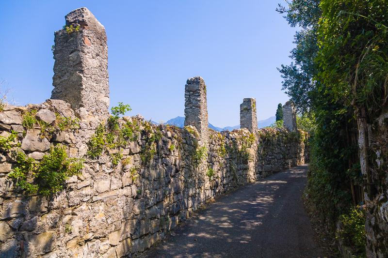 Mura e colonne in pietra